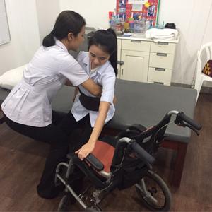 การเคลื่อนย้ายผู้ป่วยจากเตียงไปนั่งเก้าอี้หรือรถเข็น